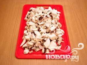 Почистить, промыть и измельчить грибы.