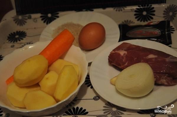 1. Перед вами весь набор ингредиентов, которые необходимы, чтобы повторить на своей кухне этот простой рецепт классического супа с фрикадельками. Сразу же налейте воду в кастрюлю и поставьте на огонь. Затем вымойте мясо, очистите овощи.