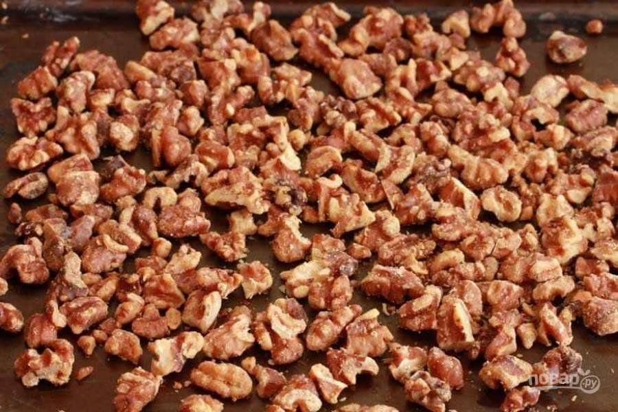 2.Подсушите грецкие орехи в заранее разогретой до 175 градусов духовке в течение 10 минут.