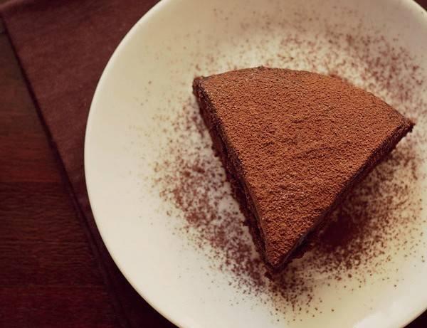 4. Посыпаем сверху шоколадной крошкой, ждем, пока кекс полностью остынет - и можно уже подавать к столу! Приятного аппетита!