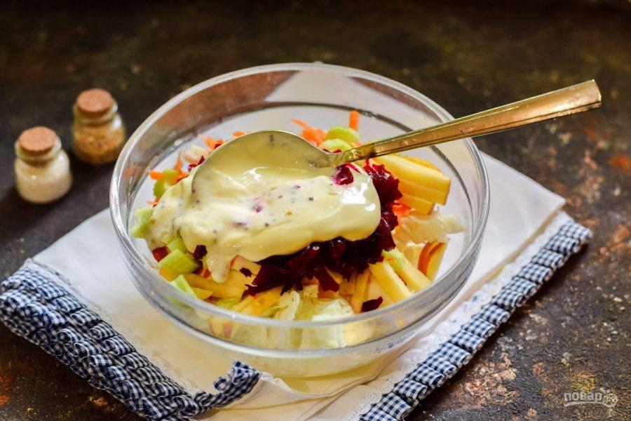 Добавьте в салат сметану, горчицу, соль и перец. Перемешайте салат и подавайте к столу.