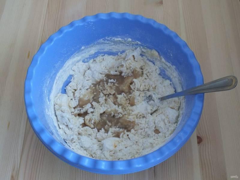 К мучной массе добавьте молочную и дрожжи с сахаром. Хорошо перемешайте и замесите тесто.