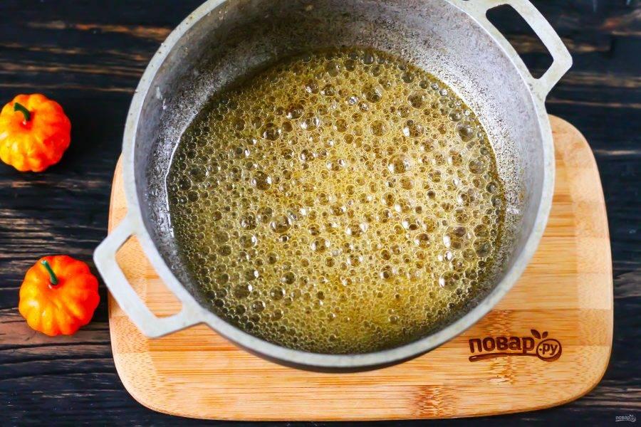 Приготовьте светло-коричневую карамель в течение 3 минут.