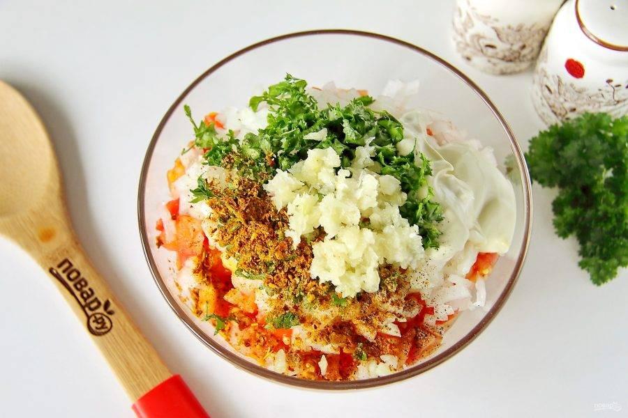Добавьте измельченную зелень, майонез, сметану, пропущенный через пресс чеснок, соль и специи по вкусу.