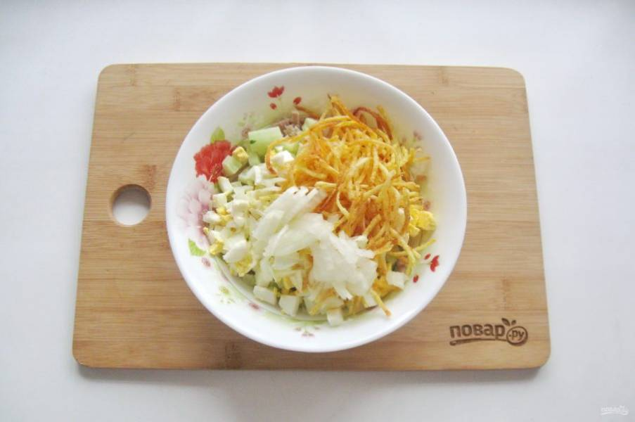 Репчатый лук очистите, помойте и нарежьте произвольно. Добавьте в салат. Если лук очень горький, то можно его обдать кипятком.