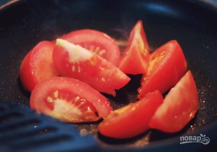 2.Разогрейте сковороду с растительным маслом и выложите помидоры, добавьте немного воды и тушите их на среднем огне пару минут.