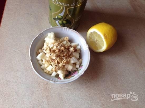 Выкладываем все ингредиенты в салатник, поливаем оливковым маслом и лимонным соком.