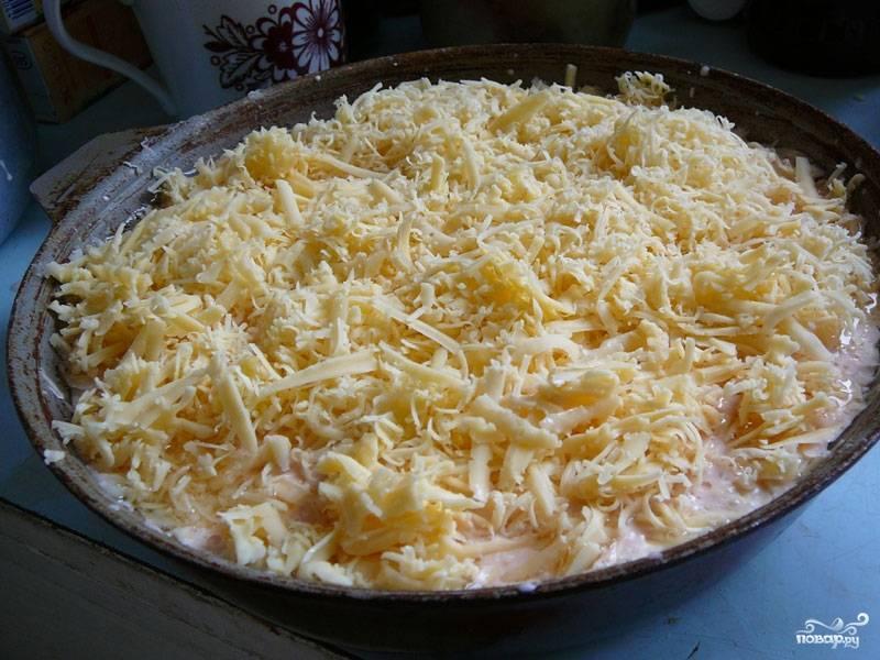 6. Залить тефтели томатным соусом и посыпать сверху сыром. Отправить в хорошо разогретую духовку на 35-45 минут.