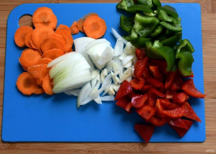Овощи очистите, вымойте и обсушите. Картофель берите молодой и готовьте с кожурой, хорошо ее промыв. Нарежьте овощи тонко, а картофель – дольками. Цветную капусту разберите на мелкие соцветия.