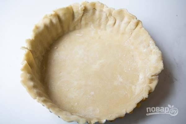 4.Подготовьте форму для выпекания и уложите в нее тесто, раскатывайте так, чтобы хватило на бортики.