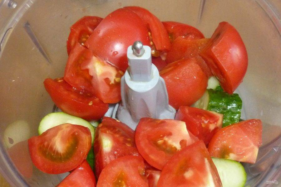 Огурцы и помидоры нарежьте крупными кусочками. Сложите в кухонный комбайн.
