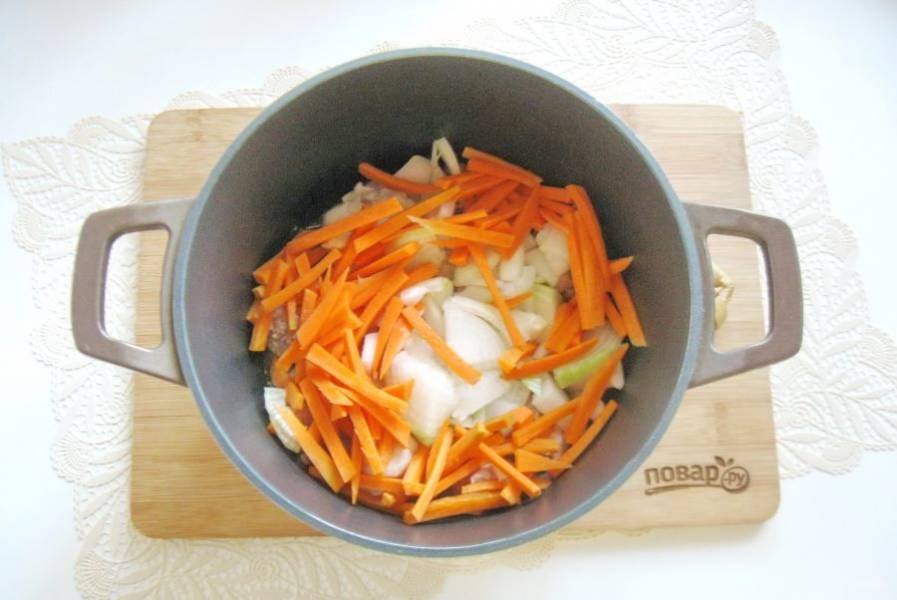 Лук и морковь очистите, помойте и нарежьте. Выложите в кастрюлю с курицей.