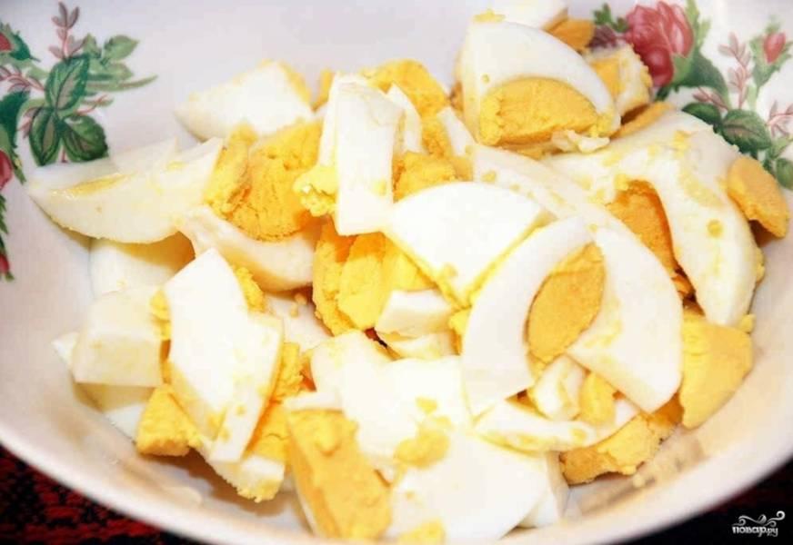 3. Отварите яйца (около 10-15 минут). Охладите их в холодной проточной воде и почистите. Нарежьте яйца по желанию. Уберите из бульона коренья и лавровый лист.