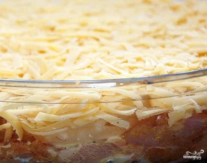 4.Посыпьте блюдо тертым сыром, отправьте его в духовой шкаф на 30-40 минут. Температура — 180 градусов. Внимательно следите, чтобы блюдо не подгорело.
