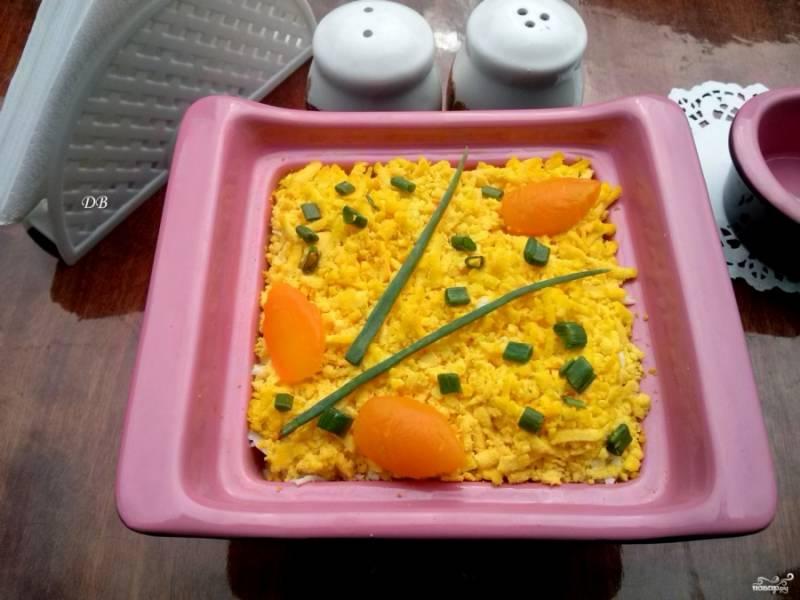 6-й слой: яичный желток, натертый на мелкой терке. Украсить сверху мелко нарезанным зеленым луком, накрыть и отставить в холод настаиваться около 1 часа. Приятного аппетита!