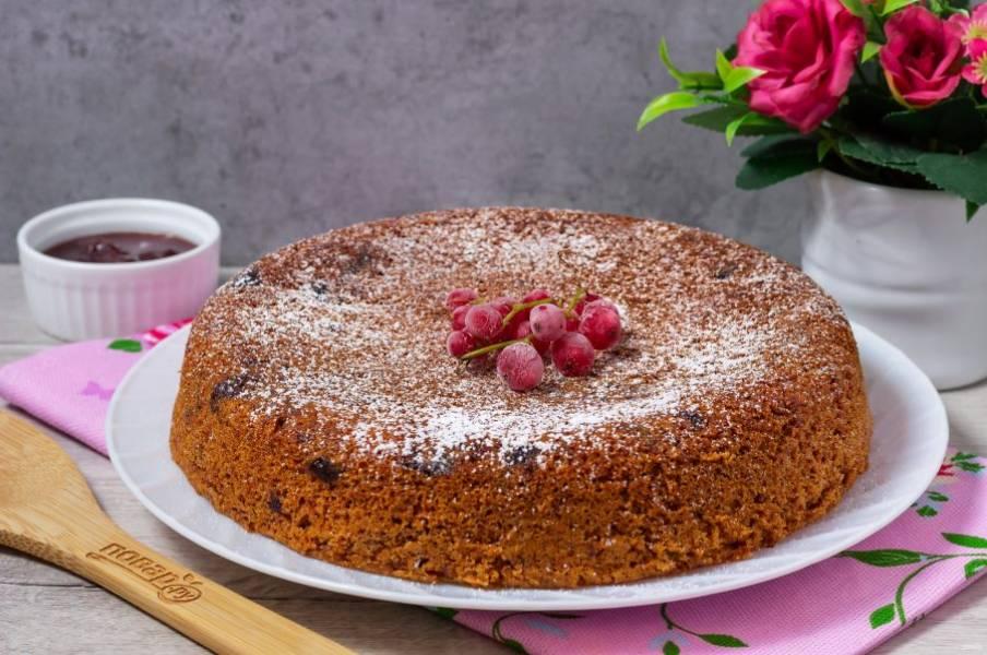 Украсьте пирог сахарной пудрой и подавайте к столу.