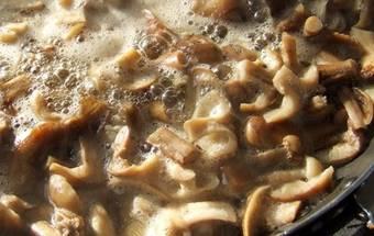 Для того чтобы отварить грибы, берем небольшую кастрюлю, наливаем в нее обычную воду, добавляем туда же щепотку соли и ставим кастрюлю на средний огонь. Когда вода в емкости закипит, осторожно с помощью столовой ложки пересыпаем в нее наши грибы. Опята варятся в течение 5 минут. По истечению этого времени, при помощи прихваток берем кастрюлю  и откидываем ее содержимое в дуршлаг. Даем жидкости стечь, а готовые  опята перекладываем в миску или в тарелку.