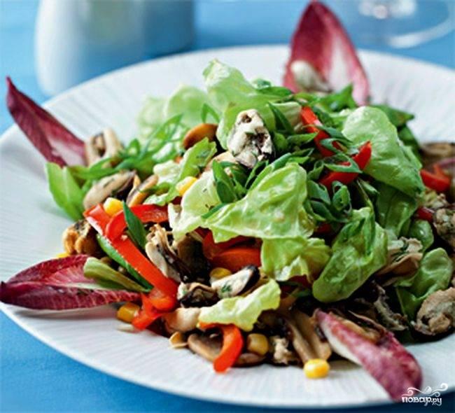 Смешать мидии с грибами, перцем, зеленым горошком и кукурузой. Выложить смесь на салатные листья, полить остатками маринада. Подавать сразу.