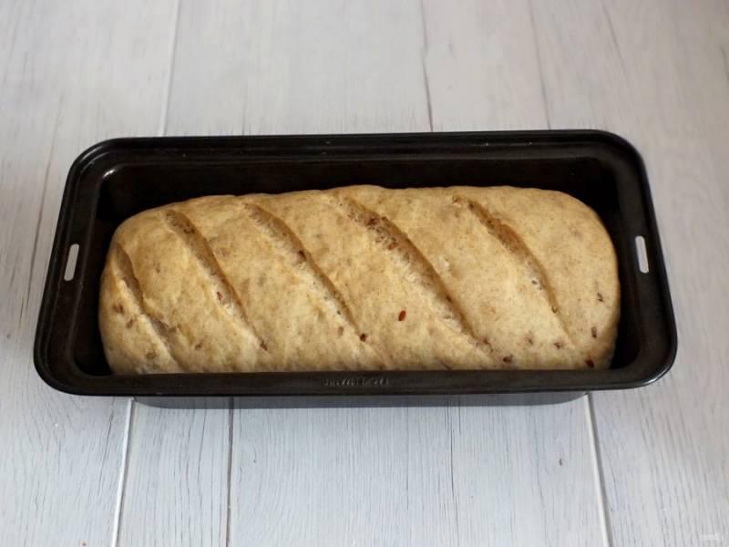 По истечении времени, тесто должно подойти почти до краёв формы. Оно готово к выпечке. Поставьте будущий хлеб в разогретую до 180 градусов духовку на 35-40 минут.