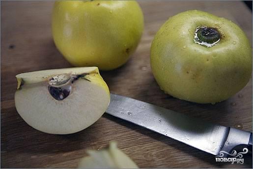 2. Айву (можно использовать также яблоки) вымойте и удалите сердцевины. Часть нарежьте кубиками, часть оставьте четвертинками.