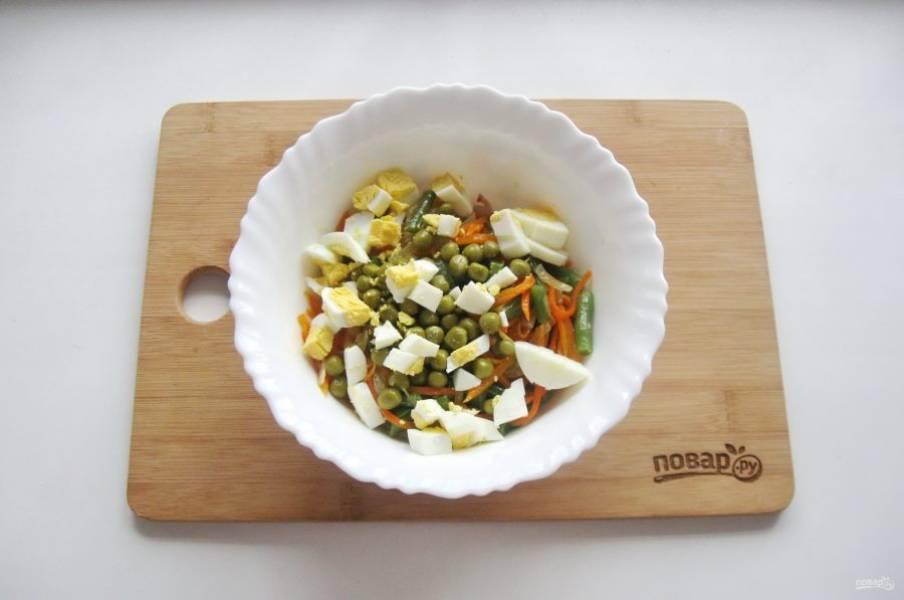 Яйца очистите и нарежьте. Добавьте в салат.