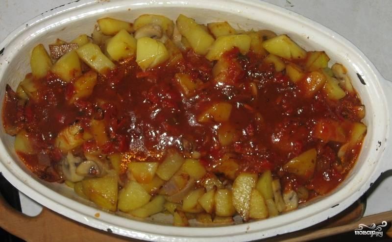 6. За 5-10 минут до готовности залить мясо с картофелем соусом и снова отправить в духовку. Подавать к столу горячим, присыпав перцем или травами.