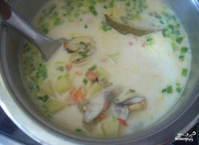 Пару минут прокипятите суп. Промойте и нашинкуйте зелень. Добавьте её в бульон и выключайте огонь.