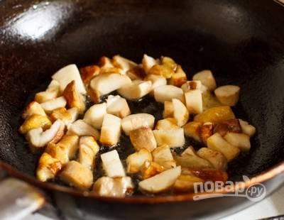 3. Обжарьте пару минут на сковороде с растительным маслом и отложите пока в сторону.