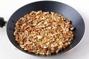 5. Для кутьи лучше использовать грецкие орехи. Измельчать в блендере и не стоит, а вот слегка поджарить - то, что нужно.
