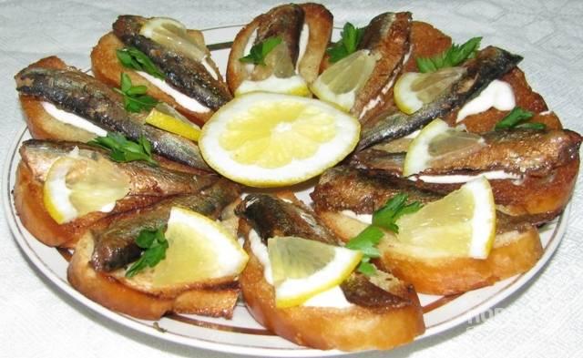 Бутерброд со шпротами и солеными огурцами