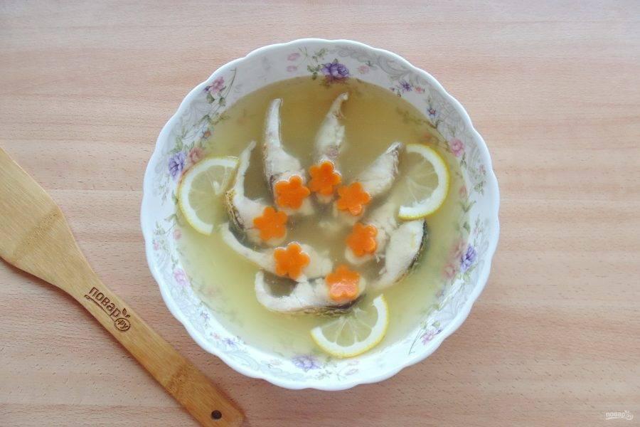 Добавьте ломтики лимона и морковь. Отправьте в холод до застывания.