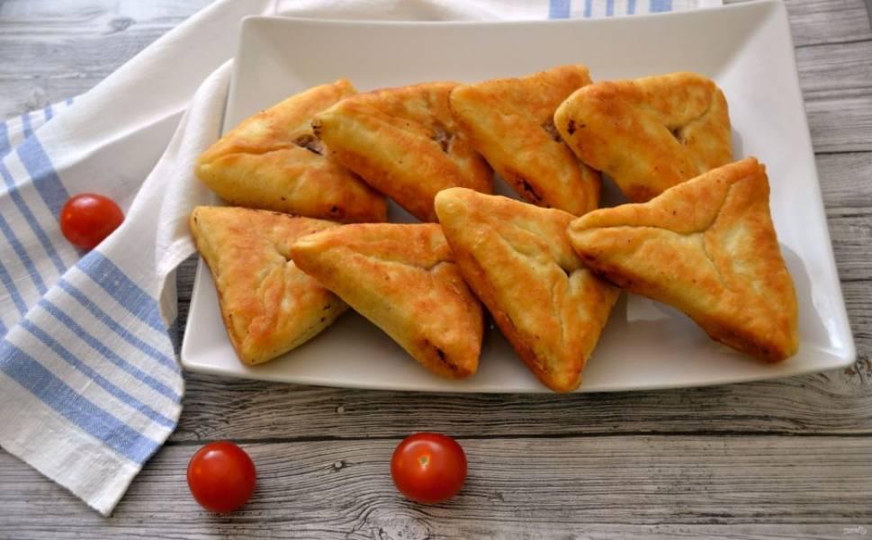 Беляши готовы, их можно подать с соусом или горчицей. Приятного аппетита!