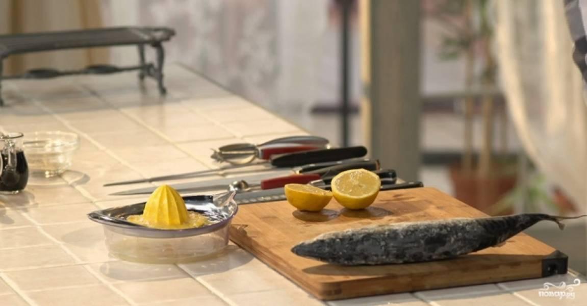 1.Для этого рецепта скумбрию берем замороженную (она стоит дешевле живой, да и найти ее гораздо проще). Достаем ее из морозильной камеры и оставляем размораживаться (но не полностью). Лимон моем и разрезаем на 2 части, выжимаем сок из двух половинок. На тарелку, где будем подавать рыбу, насыпаем белый перец и сахарный песок, наливаем несколько столовых ложек лимонного сока.