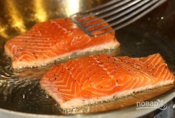 1. Рыбу разморозим, обмоем, обсушим и обжарим на большом огне быстро со всех сторон. Специи добавляйте по вкусу.