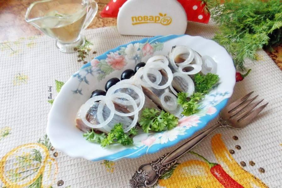 Готовую селедочку обмойте от соли, очистите, удалите голову. Вкусную селедочку подавайте к столу с луком и растительным маслом.