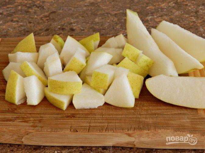 Вымойте и нарежьте грушу небольшими кусочками.