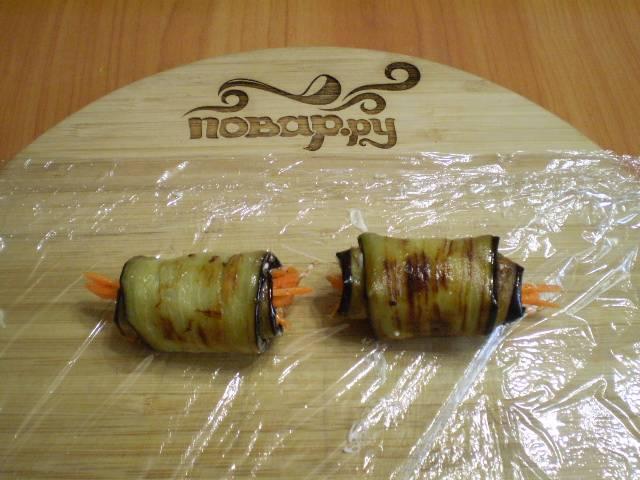 Сверните баклажаны с начинкой в рулетики.