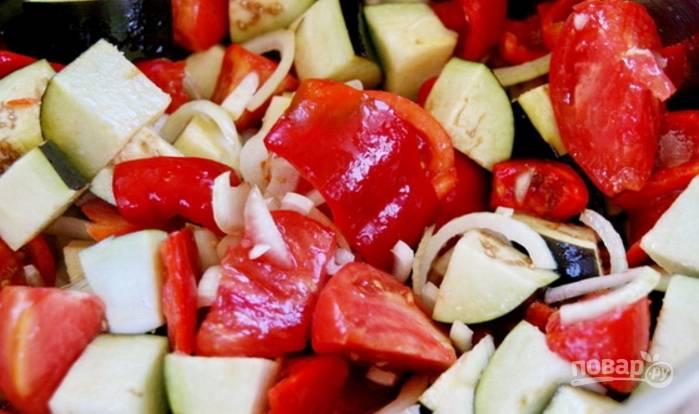 4.Выложите все овощи в большую кастрюлю и добавьте сахар, соль, растительное масло, перемешайте.