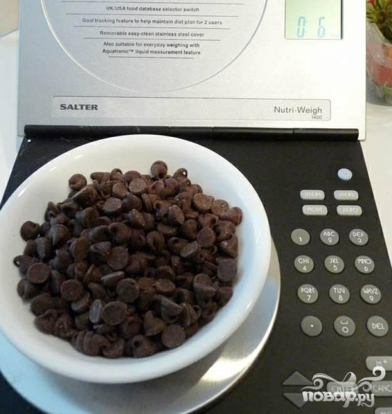 2.Отмерьте необходимое количество кондитерской шоколадной крошки, плитку шоколада натрите на крупной терке.