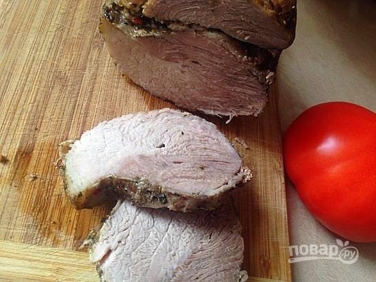 Оставляю мясо остывать в фольге и в соке, который выделился при запекании. Мясо впитает часть этого сока и станет сочнее. Остывшую буженину можно нарезать и угощаться.