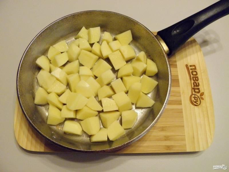 4. Картофель порежьте на 4-6 частей (в зависимости от размера). Обжарьте на растительном масле до появления корочки.