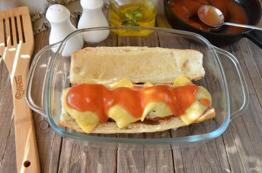 И последний этап: полейте горячим томатным соусом сверху фрикадельки. Закройте крышечку и порежьте багет (булочки) на небольшие кусочки.