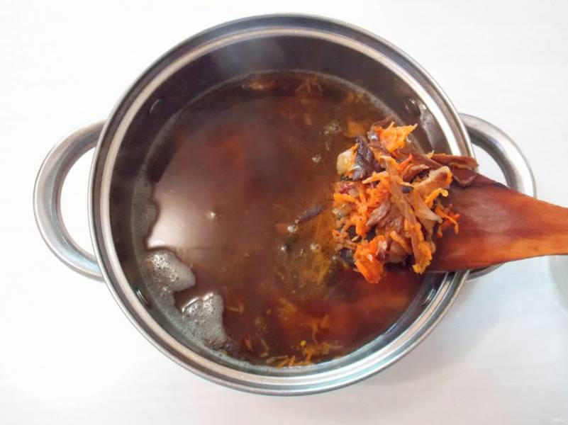 Добавьте в кастрюлю обжаренные овощи с грибами. Варите в течение 5 минут.