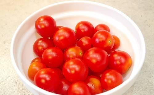 Для начала нам, конечно же, необходимо очистить от хвостиков и тщательно промыть помидоры.