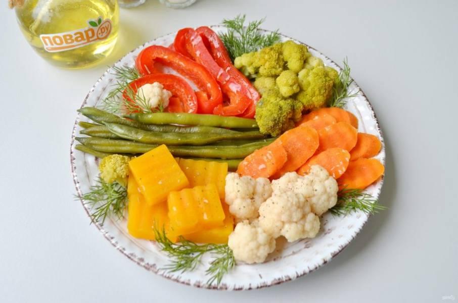 6. Разложите по тарелочкам овощи, посолите, поперчите (если нужно), полейте растительным маслом, украсьте зеленью и подайте. Такие овощи послужат отличным гарниром к рыбе или мясу. Приятного!