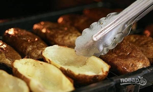 2.Выложите половинки на разогретый гриль или решетку в духовке, смажьте растительным маслом, обжаривайте с каждой стороны по 7-10 минут.