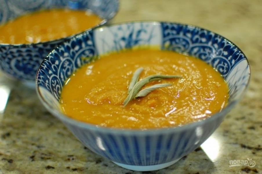 6.Подавайте суп горячим, украсив веточкой зелени.