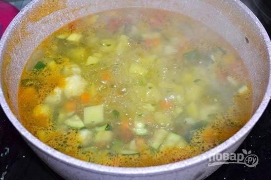 Когда суп закипит, добавим соль.