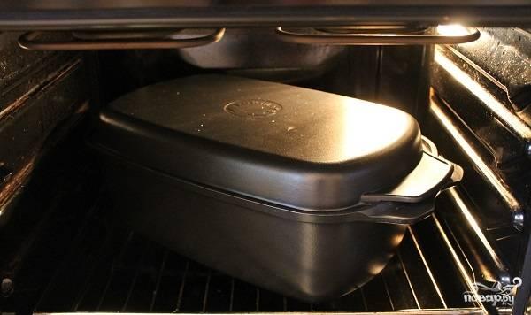 6. Накройте крышкой и отправьте в заранее разогретую духовку. Запекайте около 3-4 часов при средней температуре.