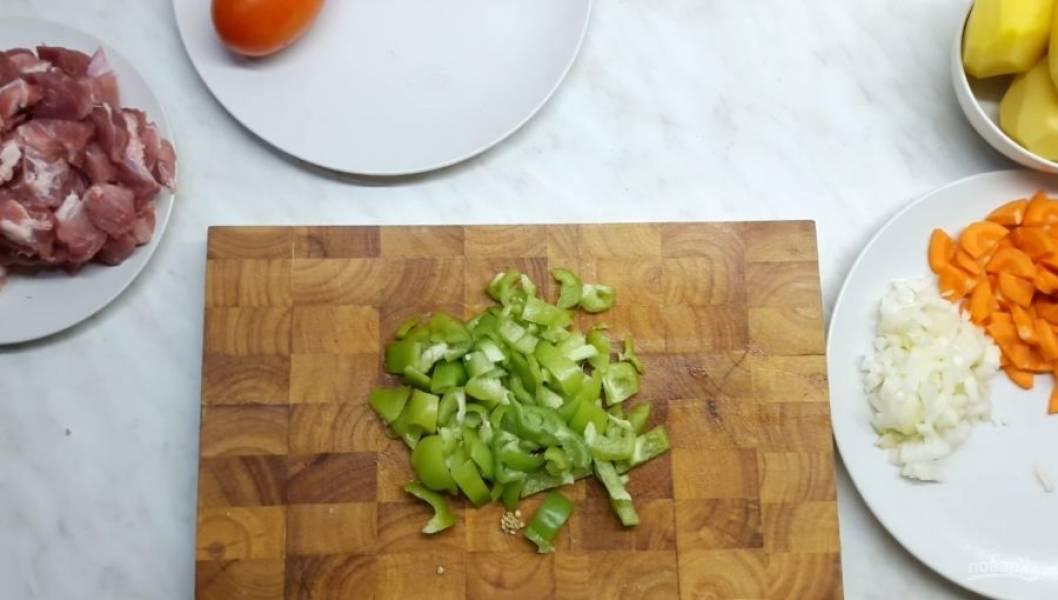 1. Небольшими кусочками нарежьте мясо (примерно 2х2 см). Далее нарежьте небольшими кусочками морковь, мелко нарежьте лук, большими кусочками нарежьте болгарский перец.